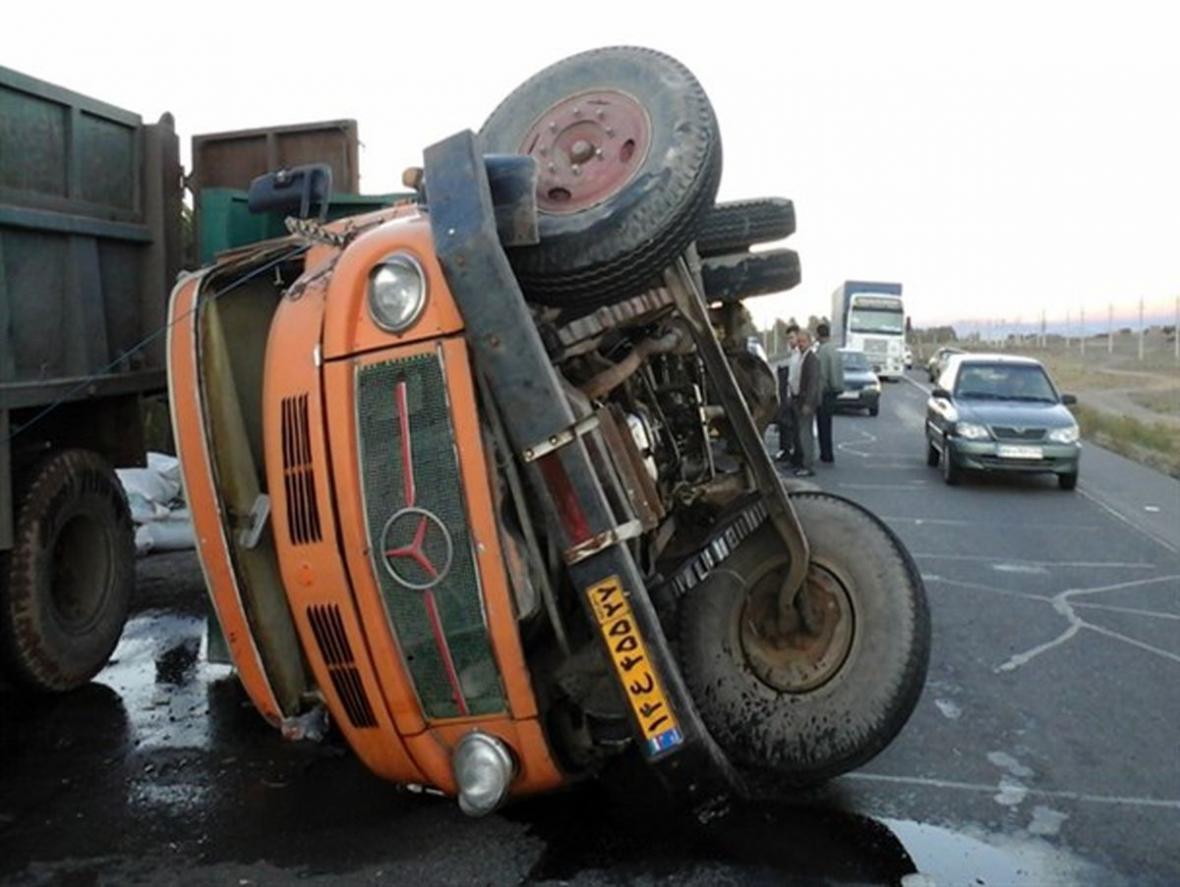 واژگونی کامیون در محور قائمشهر -شیرگاه